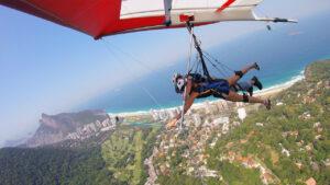 salto de asa delta com Morro do Pão de Açúçar à esquerda e mar do Rio de Janeiro e céu azul